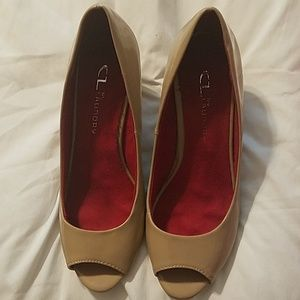 CL BY LAUNDRY  NOREEN WEDGE PUMP